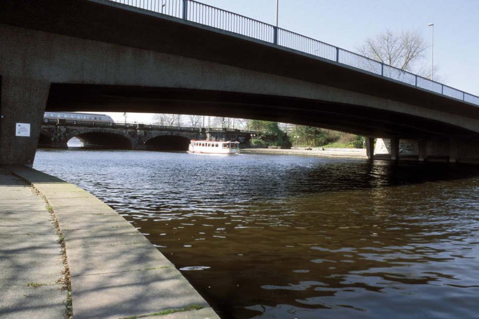 Schon wieder wurde nahe der Kennedybrücke eine Leiche in der Hamburger Alster entdeckt.