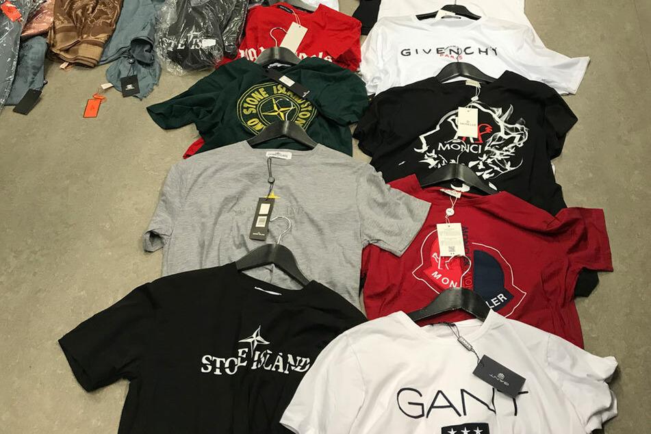 Gefälschte Markenkleidung wurde von der Polizei beschlagnahmt.