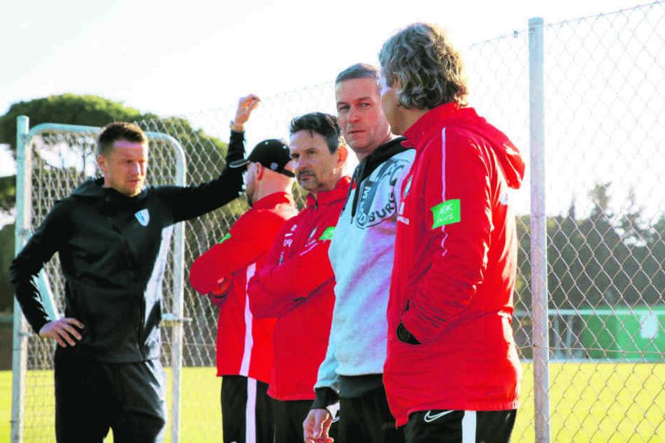 Magdeburger Besuch: FCM-Sportdirektor Maik Franz (l.) und Geschäftsführer Mario Kallnik (2.v.l.) schauten beim Training der Auer vorbei.