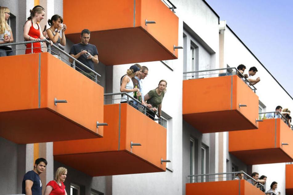 2004 wurde die Orangenkiste eingeweiht, danach noch mehrere Wohnheime gebaut. Trotzdem bleibt die Wohnsituation in Bielefeld angespannt.