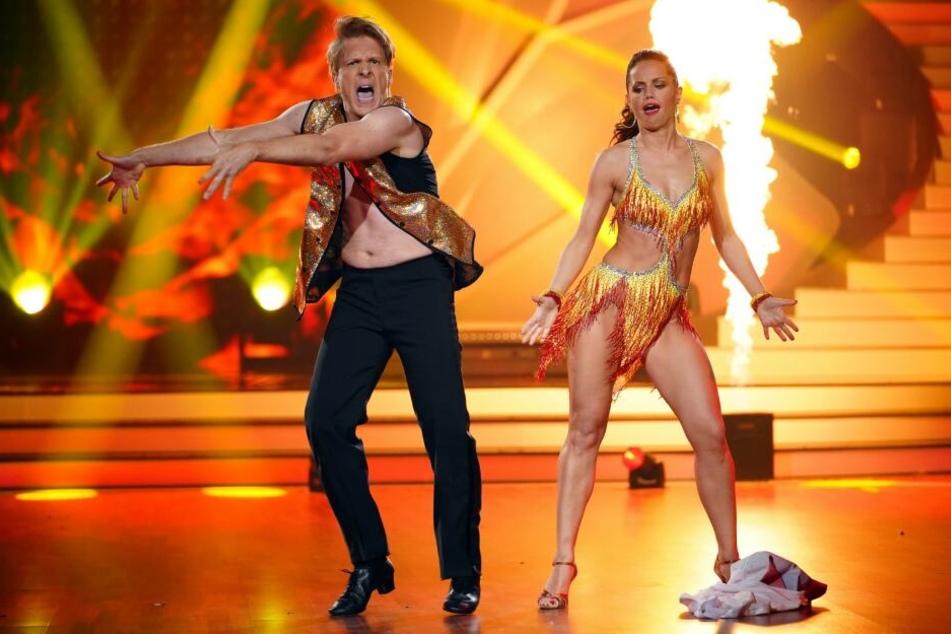 Oliver Pocher und Christina Luft tanzen Cha Cha Cha.