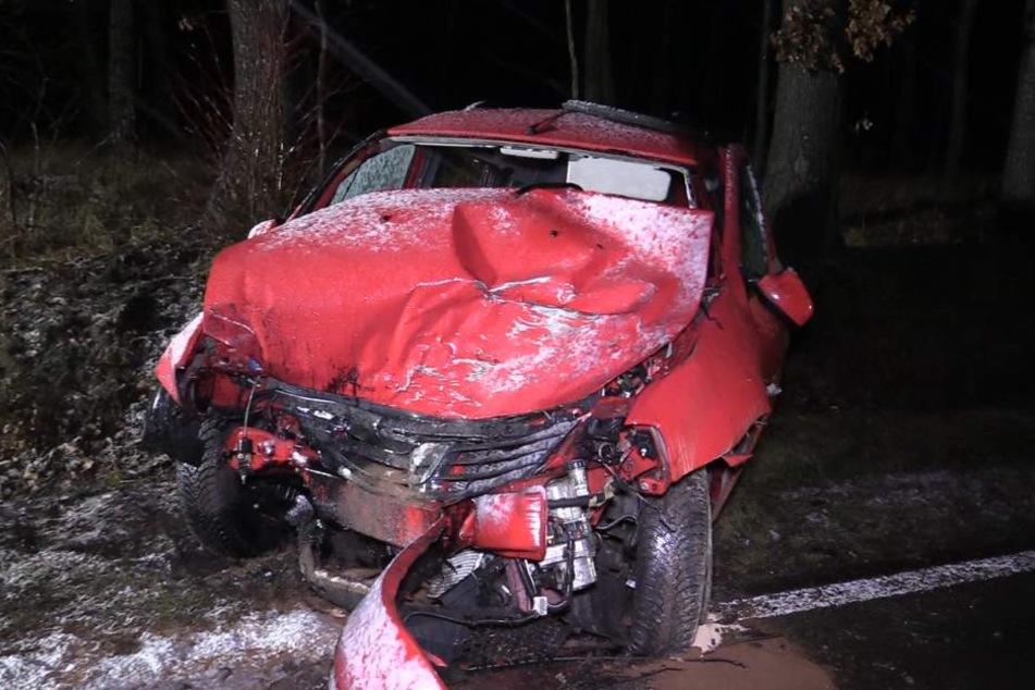 Frau kracht ungebremst in Baum und stirbt in ihrem Wagen