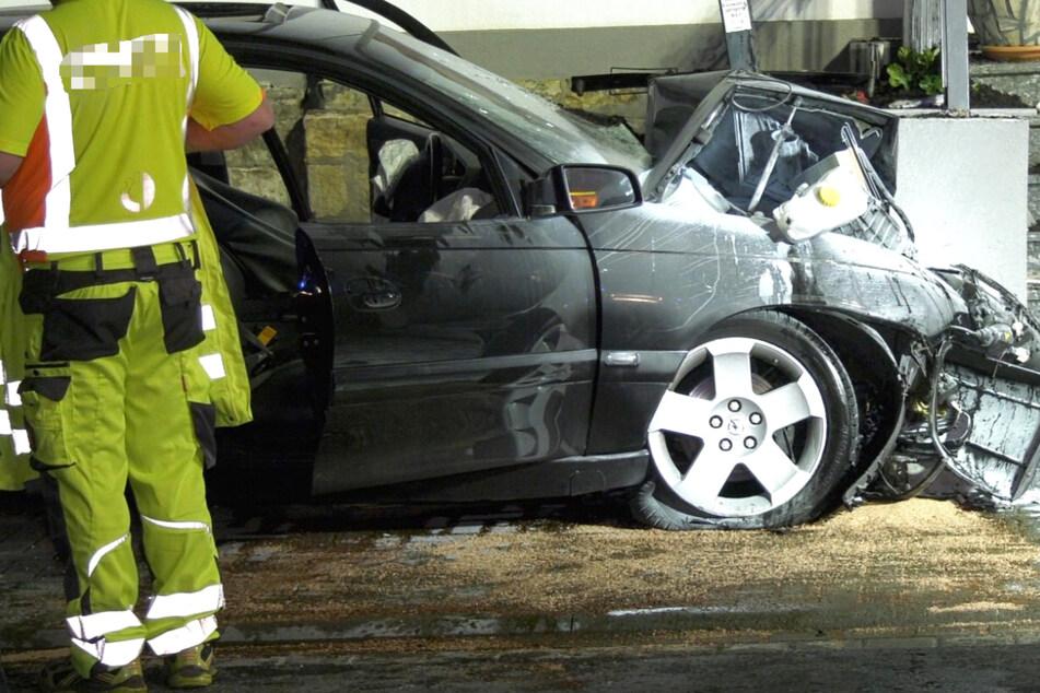 Der 22-jährige Autofahrer wurde eingeklemmt und tödlich verletzt.