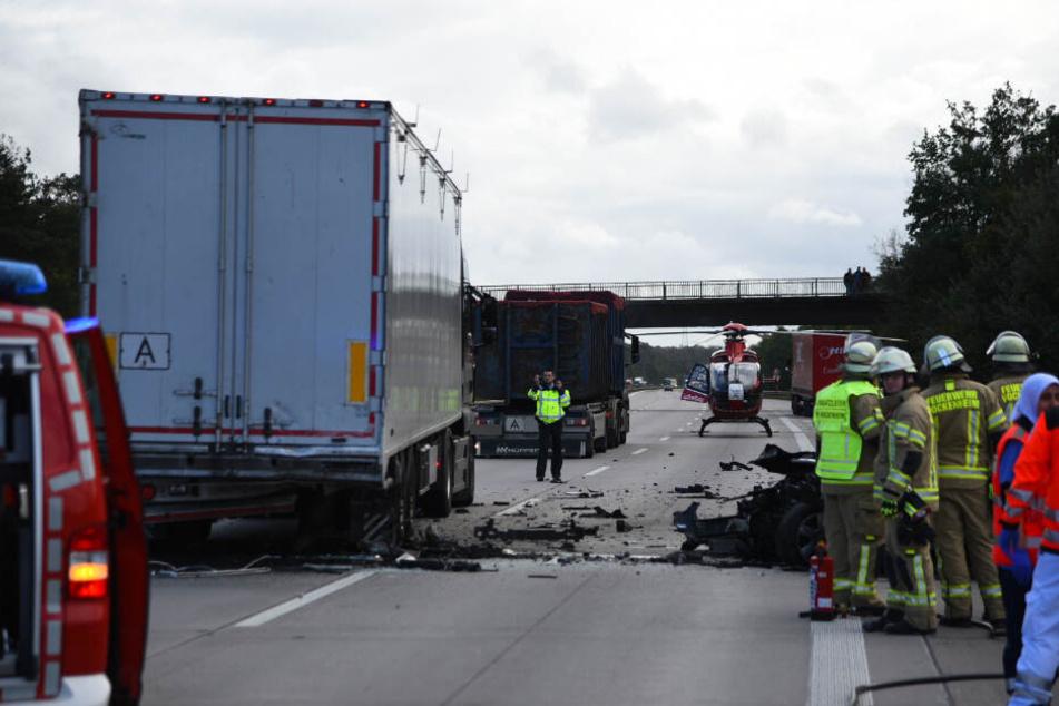 Die Unfallstelle auf der A6 gleicht einem Trümmerfeld.