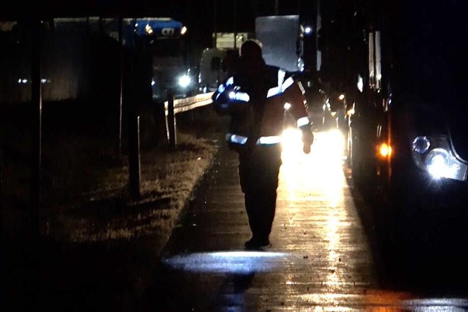 Ein 49 Jahre alter Mann ist am Sonntagabend mehrfach über die A14 gelaufen und wurde dabei von einem Lastwagen erfasst und getötet.