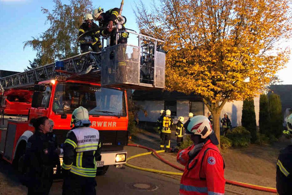 Feuer bricht im Obergeschoss von Einfamilienhaus aus