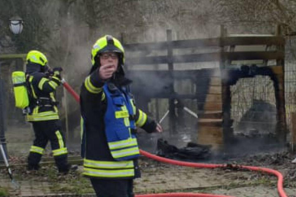 Feuerwehrleute löschen Hundehütte und machen schreckliche Entdeckung