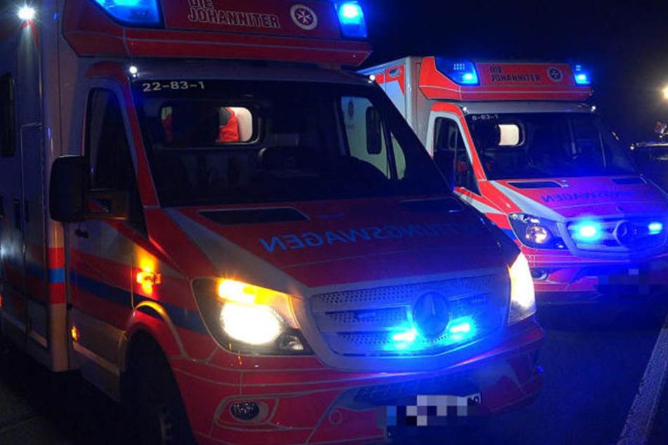 Traurige Bilanz: Zwei junge Menschen starben bei dem Unfall, drei wurden verletzt ins Krankenhaus gebracht. (Symbolbild)
