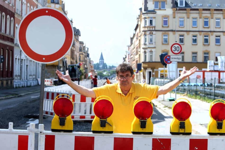 Schilder, Zäune, aufgerissene Straße: Bäckermeister Wolfgang Meyer (69) bangt um seine Laufkundschaft auf dem Sonnenberg.