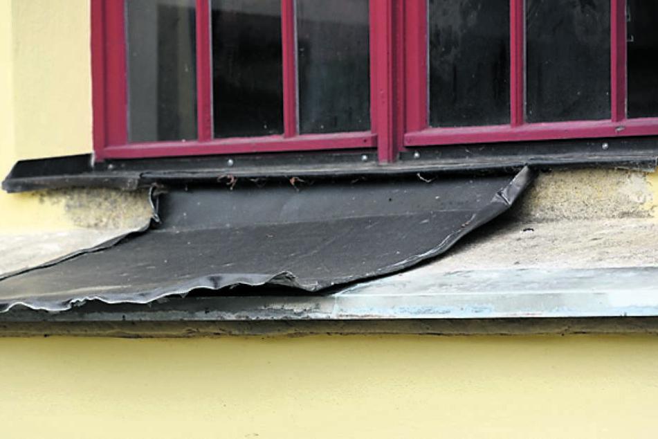 Diese Bleche rissen die Ganoven aus den Kirchenfenstern.