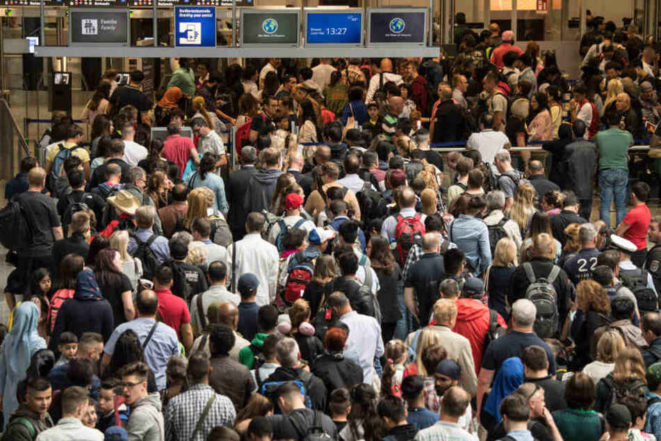 Alleine bei der Lufthansa sind am Dienstag rund 4100 Passagiere betroffen. (Symbolbild)