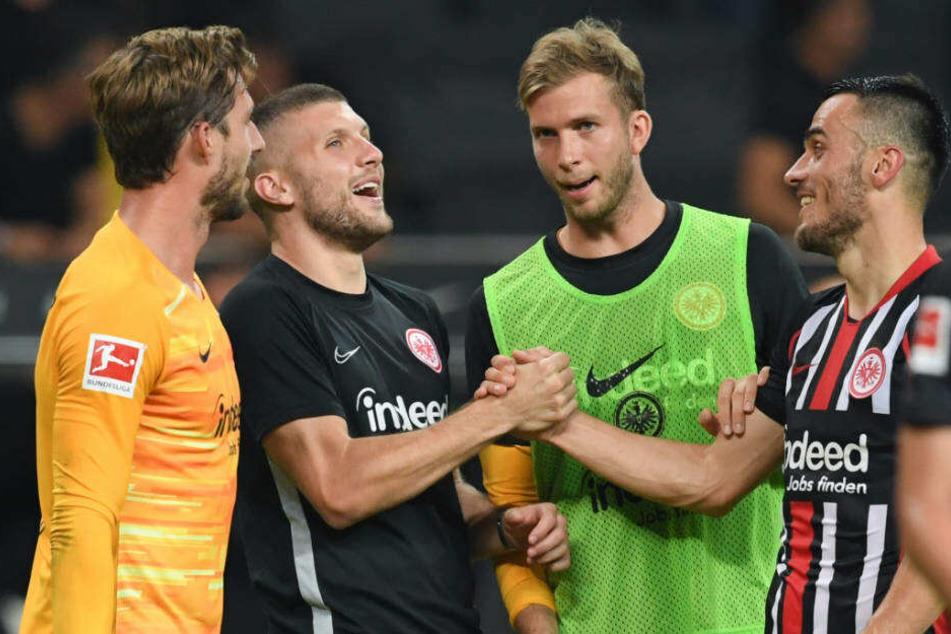 Die Frankfurter Kevin Trapp (l-r), Ante Rebic, Felix Wiedwald und Filip Kostic freuen sich nach dem 3:0-Sieg.