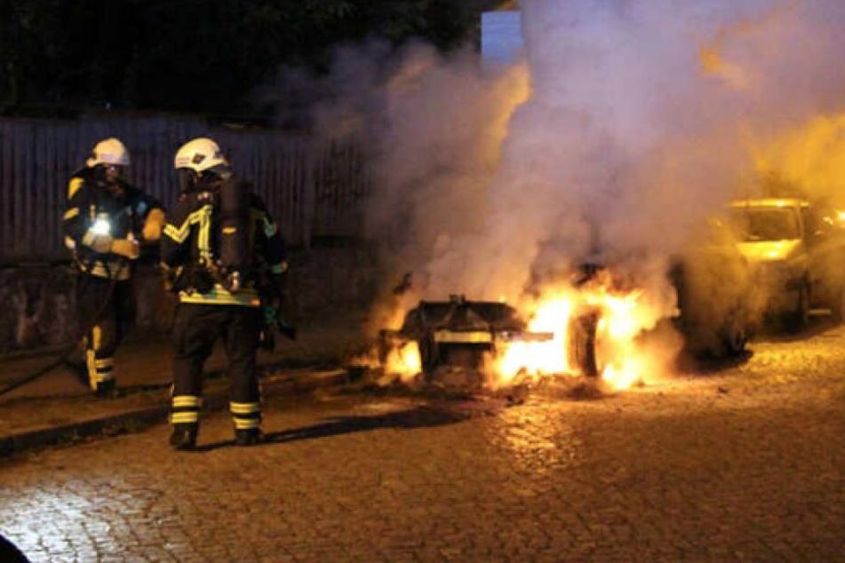 Immer wieder brennen im Leipziger Stadtgebiet Autos, wie beispielsweise dieser BMW in der Nacht auf den 21. August im Musikerviertel.