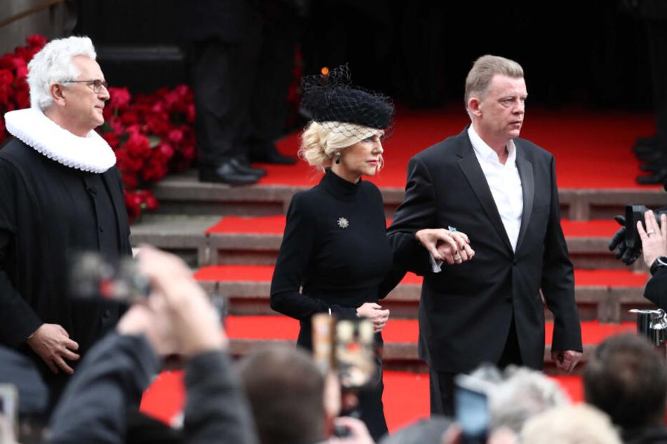 Marion Fedder (Mitte) wird nach der Trauerfeier von Joerg Pawlik (rechts), Produktionsleiter des Großstadtreviers, aus dem Michel begleitet. (Archivbild)