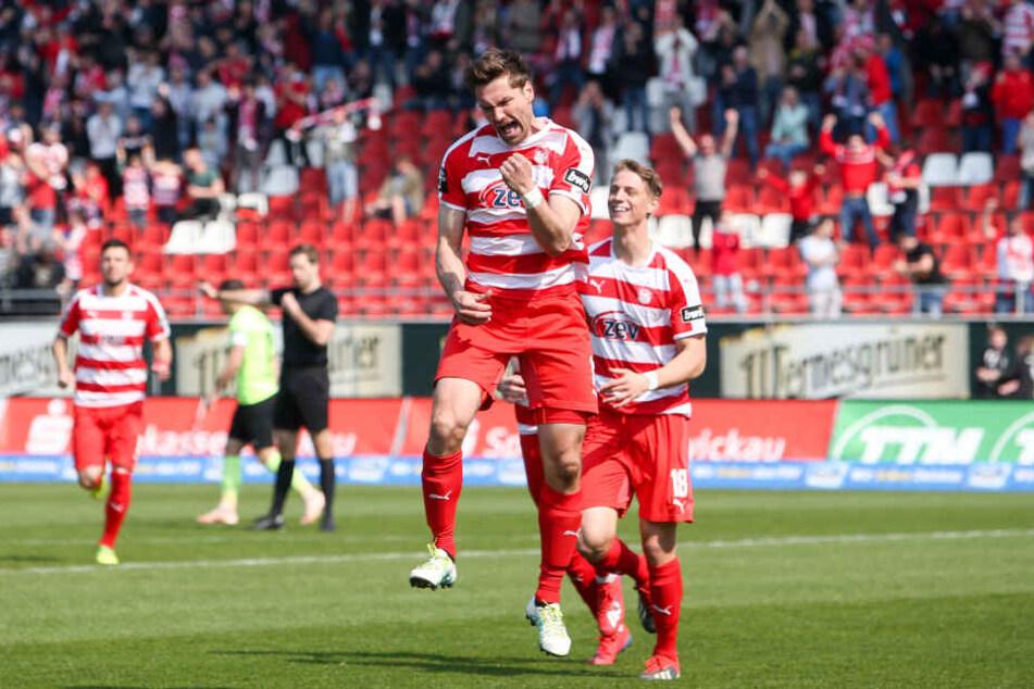 Tor für Zwickau, Ronny König bejubelt seinen Treffer zum 1:0.