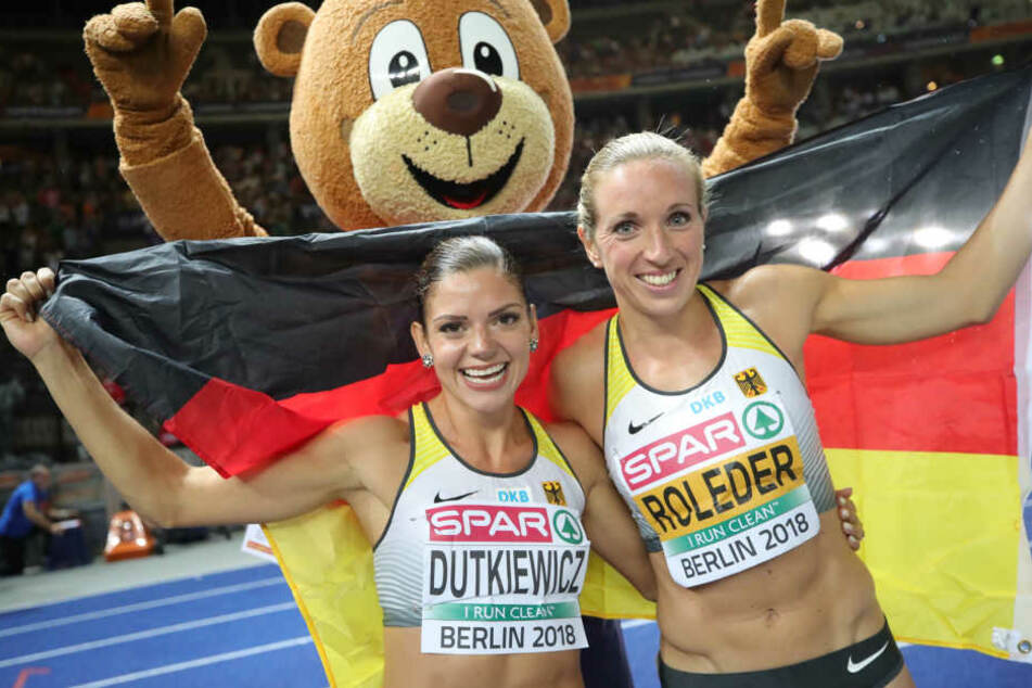 Pamela Dutkiewicz und Cindy Roleder freuen sich über den doppelten Medaillen-Gewinn.