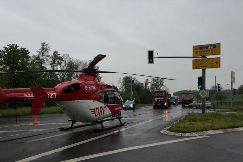Ein Rettungshubschrauber war vor Ort, brachte eine Verletzte ins Krankenhaus.