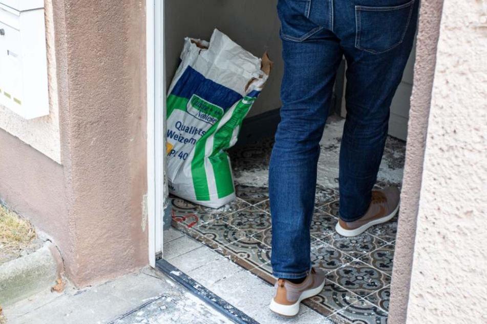 In den vier Mehrfamilienhäusern wurde Weizenmehl ausgestreut, um zu sehen, ob die Schlange Spuren hinterlässt.