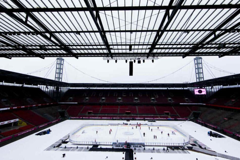 Die Vorbereitungen für das DEL-Winter-Game im RheinEnergieStadion laufen.