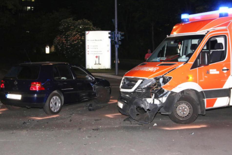Direkt vor Klinik-Einfahrt: Rettungswagen mit Baby an Bord kracht in Auto