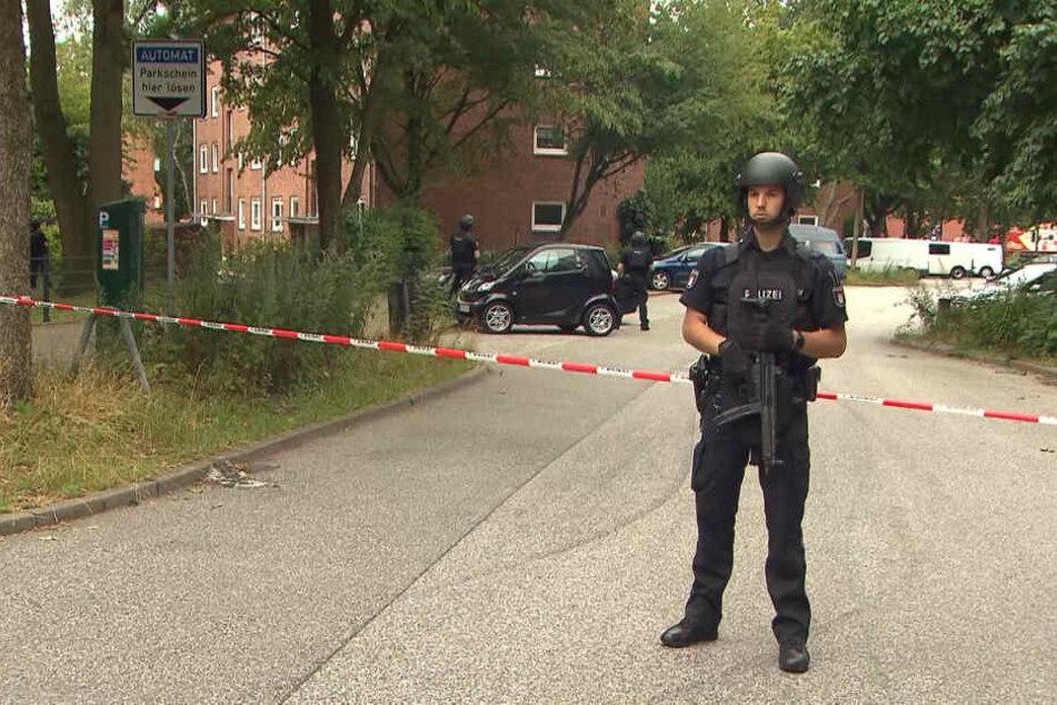 Die Polizei hat den Bereich um den Einsatzort weiträumig abgesperrt.