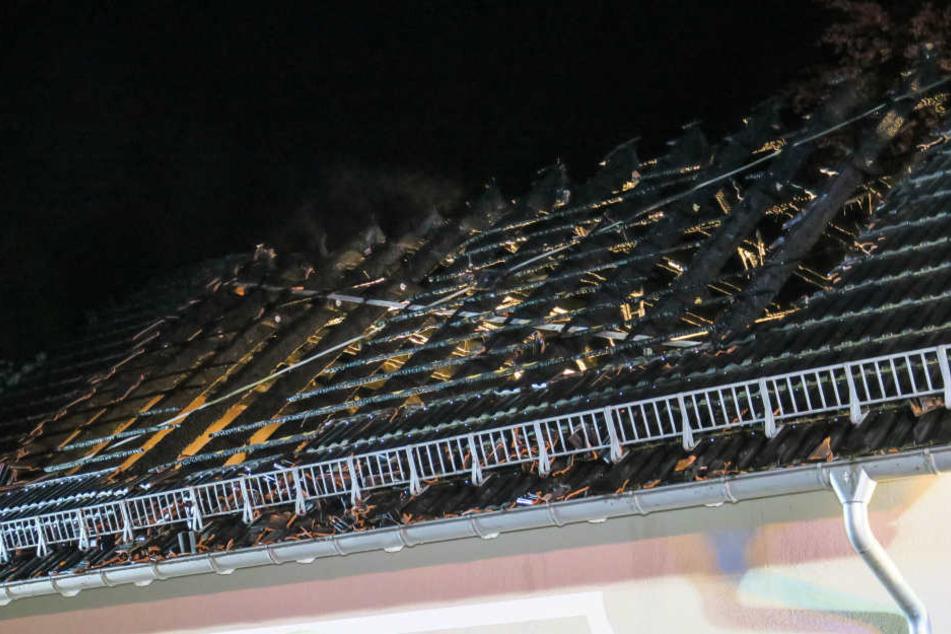 Das Dach brannte komplett aus.