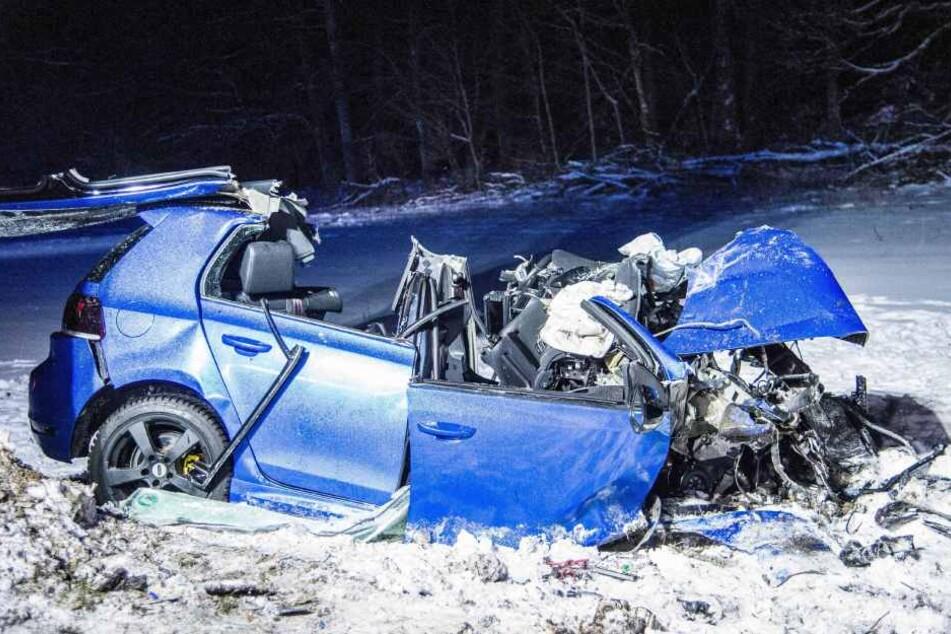 Der junge Mann musste aus den Trümmern seines Autos befreit werden, doch seine Verletzungen waren zu stark.