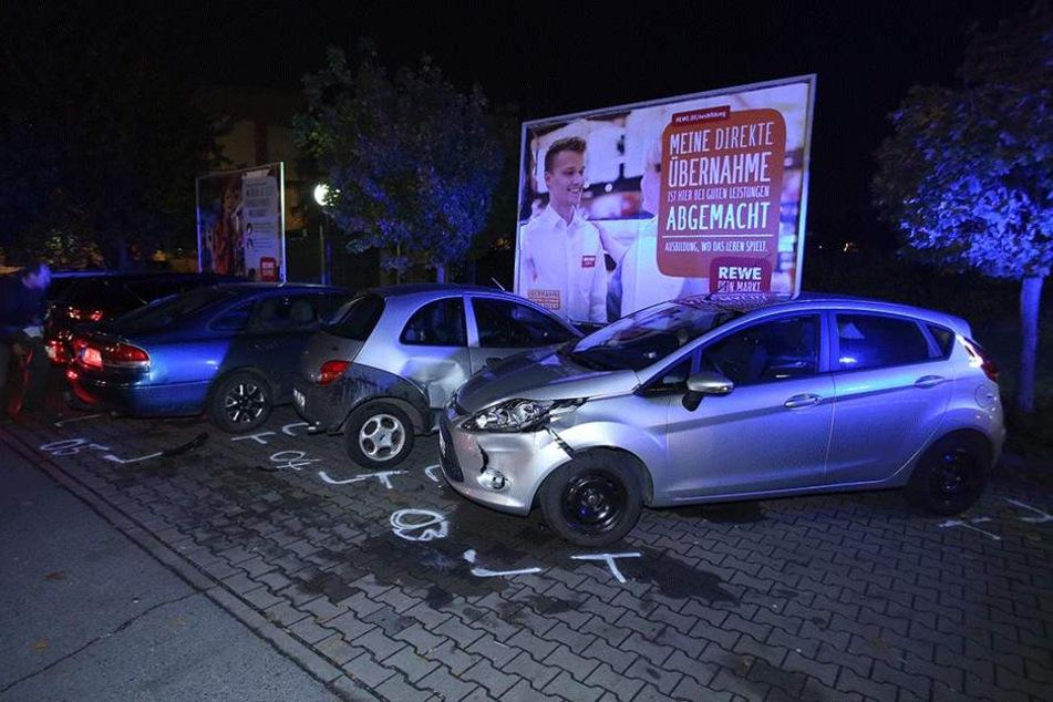 Die drei geparkten Autos wurden von dem Audi auch demoliert.