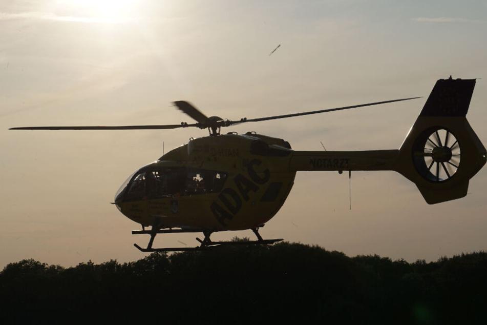 Ein Rettungshelikopter landete neben der Straße.