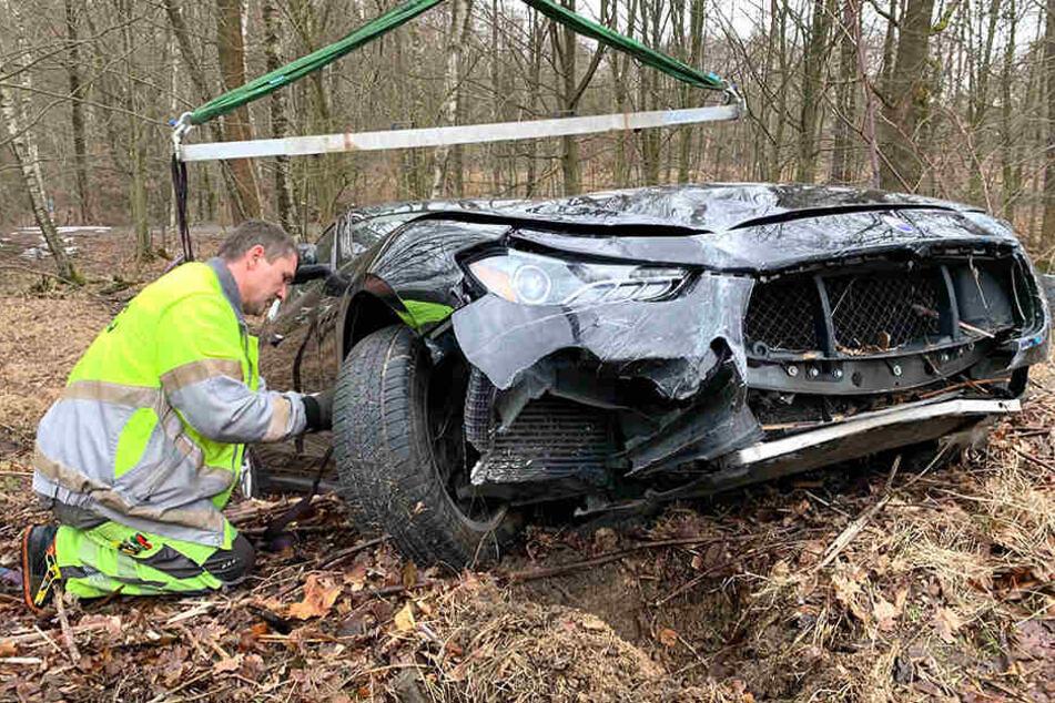 Der Abschleppdienst des ADAC musste das verunglückte Auto bergen.