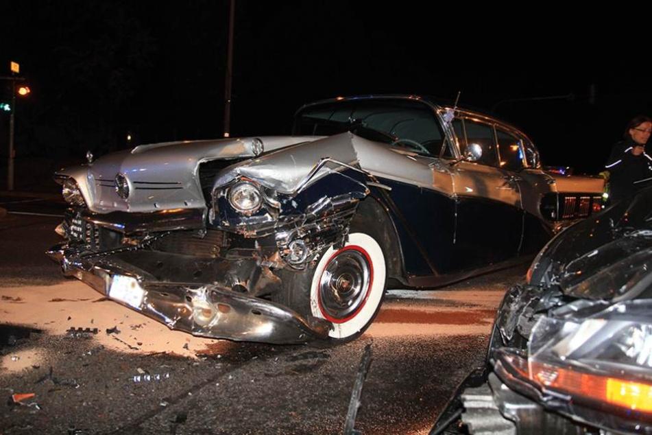 Die Front des Buick wurde bei dem Aufprall völlig demoliert.