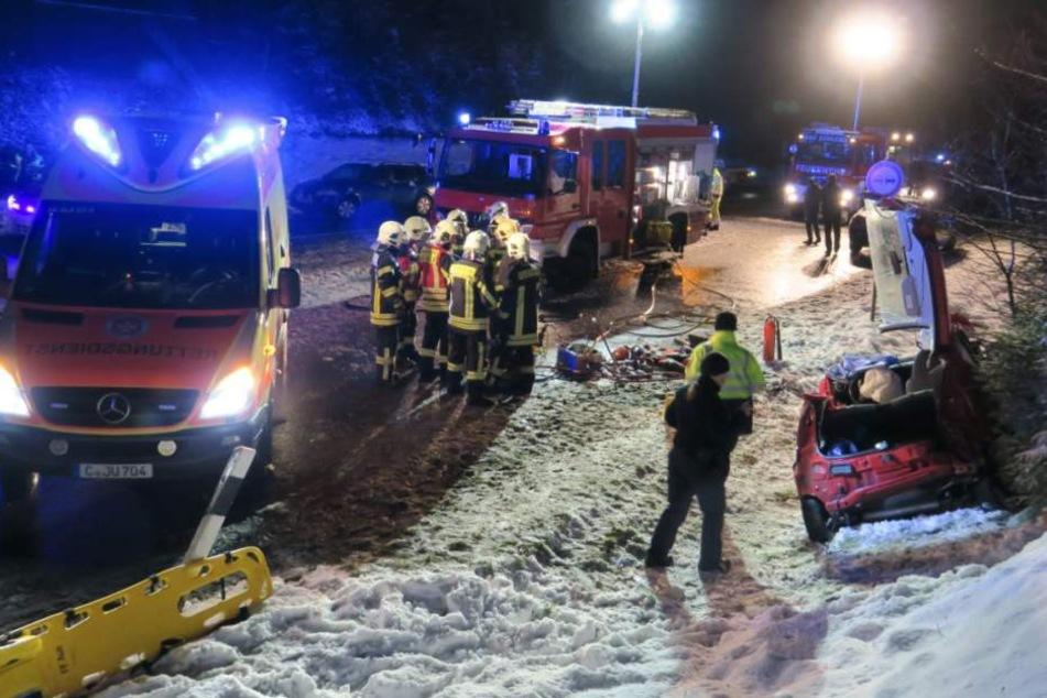 Der Fahrer des kleinen Peugeot musste mit schweren Verletzungen ins Krankenhaus gebracht werden.