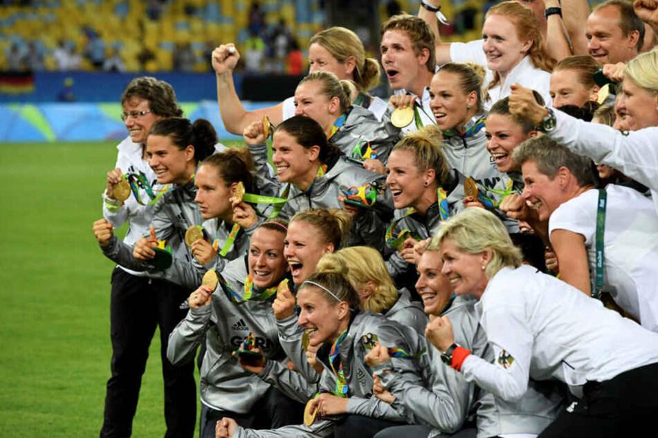 Überglücklich sprang BundestrainerinSilvia Neid auf die Jubeltraube, liebevoll und strahlend umarmte sie ihre Spielerinnen.