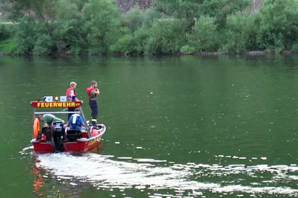 Die Feuerwehr zog eine männliche Leiche aus dem kalten Wasser. (Symbolbild)
