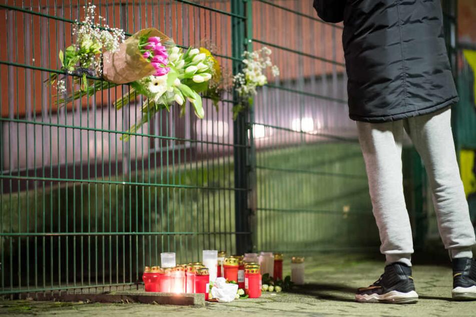 Noch am Abend trauerten die Mitschüler um den 14-Jährigen, der am Dienstag an der Gesamtschule erstochen wurde.