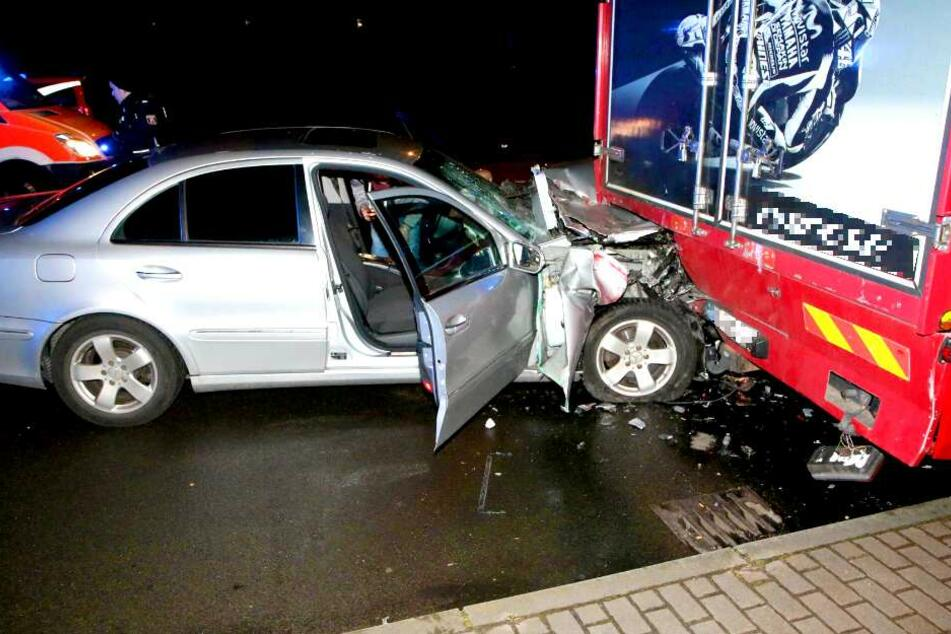 Ein Auto ist in der Nacht zu Sonntag in Berlin-Lichtenberg in einen Lkw gekracht.