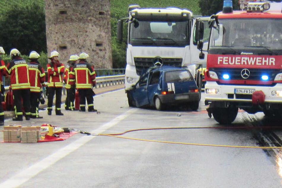 Der Pkw-Fahrer war auf die Gegenfahrbahn geraten und wurde dort von einem Lkw erfasst.