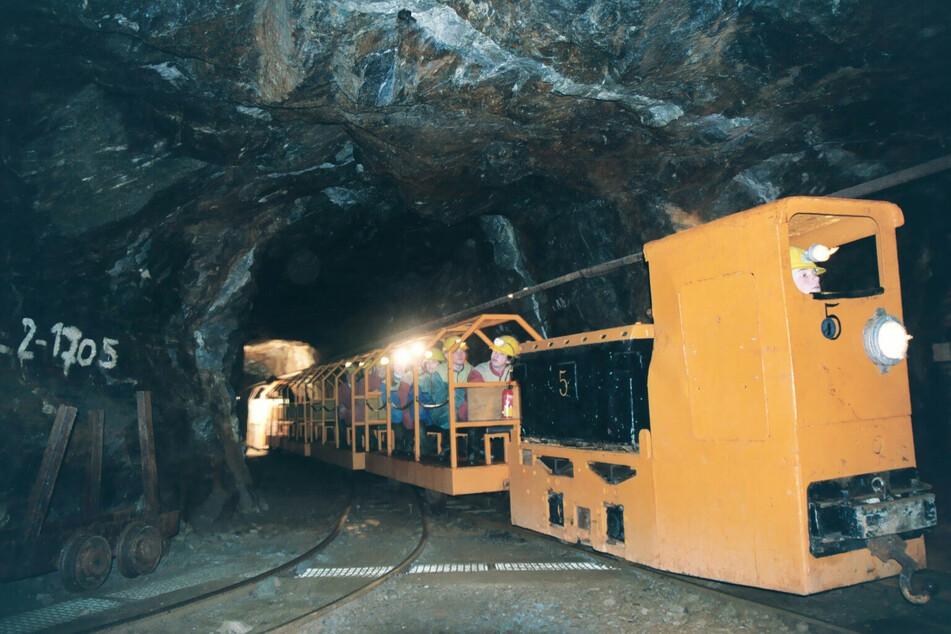 Mit der Grubenbahn geht es in den Berg.