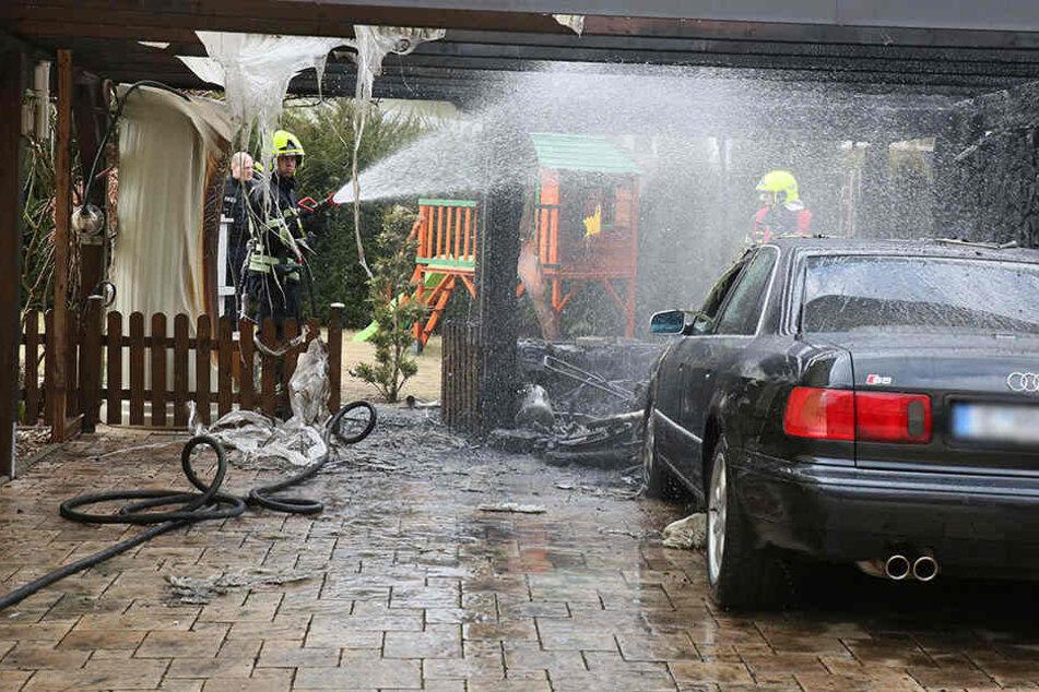 Die Feuerwehr löschte den brennenden Audi.