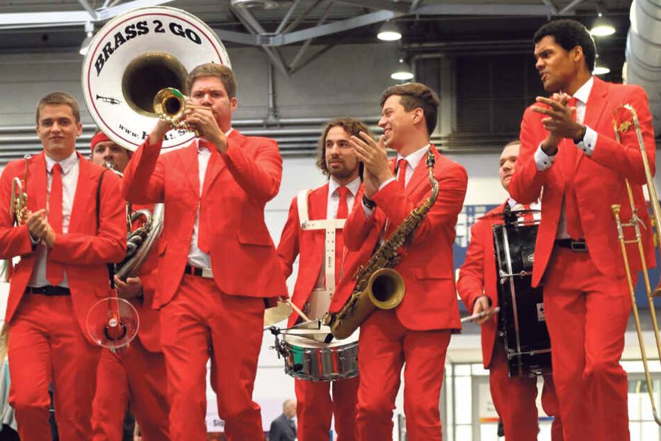 Eine Brass-Band spielt in der Messehalle auf. Insgesamt sind 350 Musiker zu erleben.