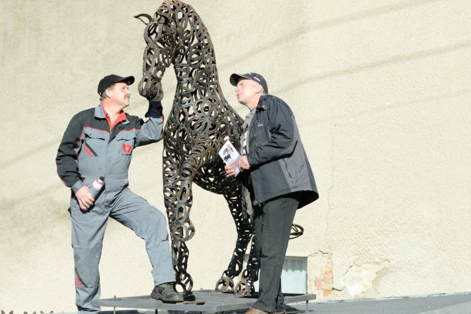 Das Hufeisenpferd hat Stuntreiter Mario Kahl (r., 55) tatsächlich Glück  gebracht.