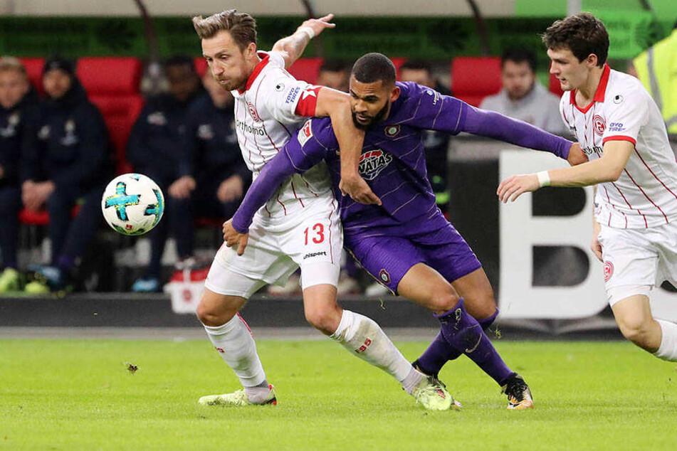 Cebio Soukou (M.) setzt sich gegen die Düsseldorfer Adam Bodzek (l.) und Benito Raman durch. Bei der Fortuna traf der Auer nicht, bereitete aber das zwischenzeitliche 1:1 vor.