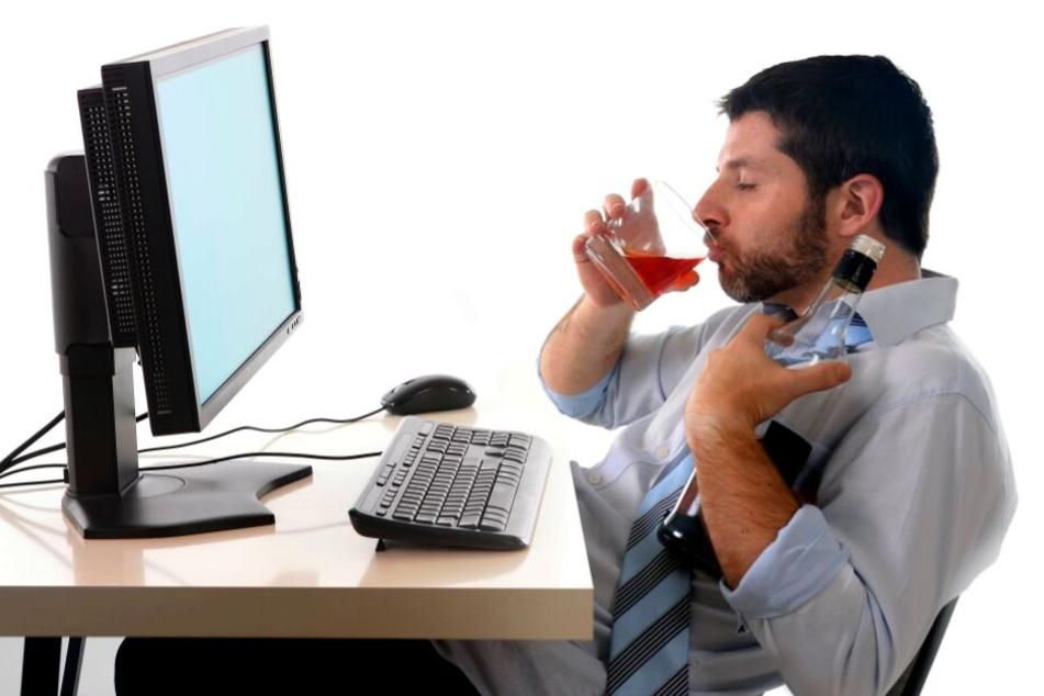 Immer mehr Leute trinken auf der Arbeit regelmäßig Alkohol. (Symbolbild)