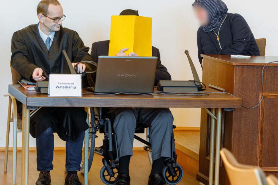 Der Angeklagte sitzt vor Beginn des Prozesses zwischen seinem Anwalt Stefan Waterkamp (links) und einer Begleiterin im Gerichtssaal.