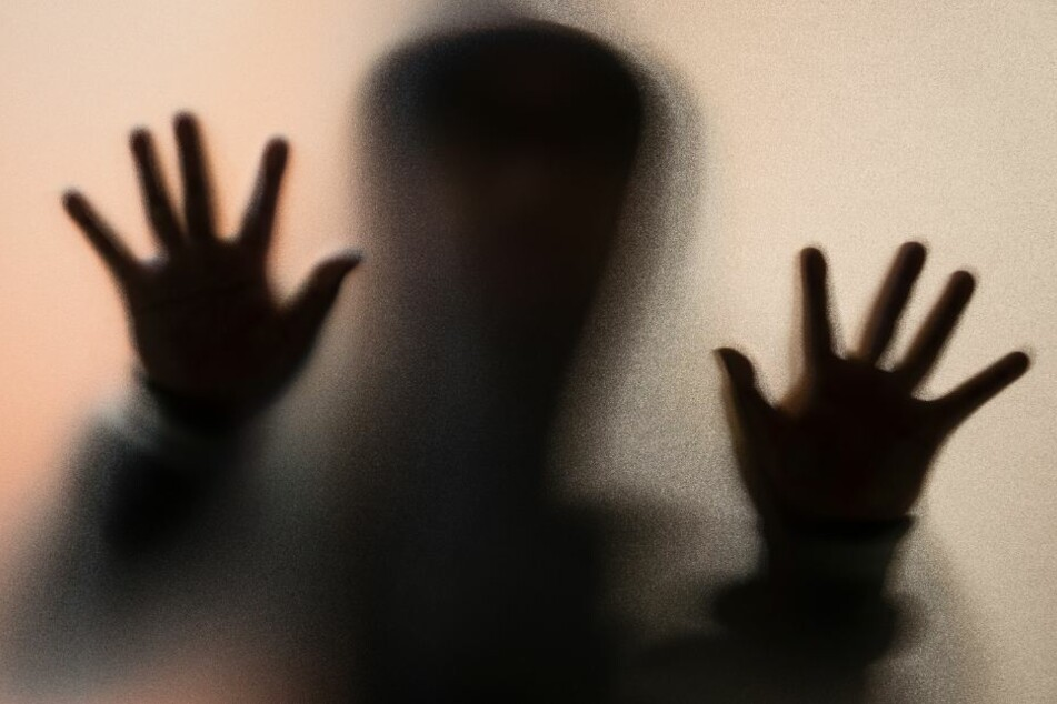 Der vermummte Mann attackierte die junge Frau, nachdem er telefoniert hatte. (Symbolbild)
