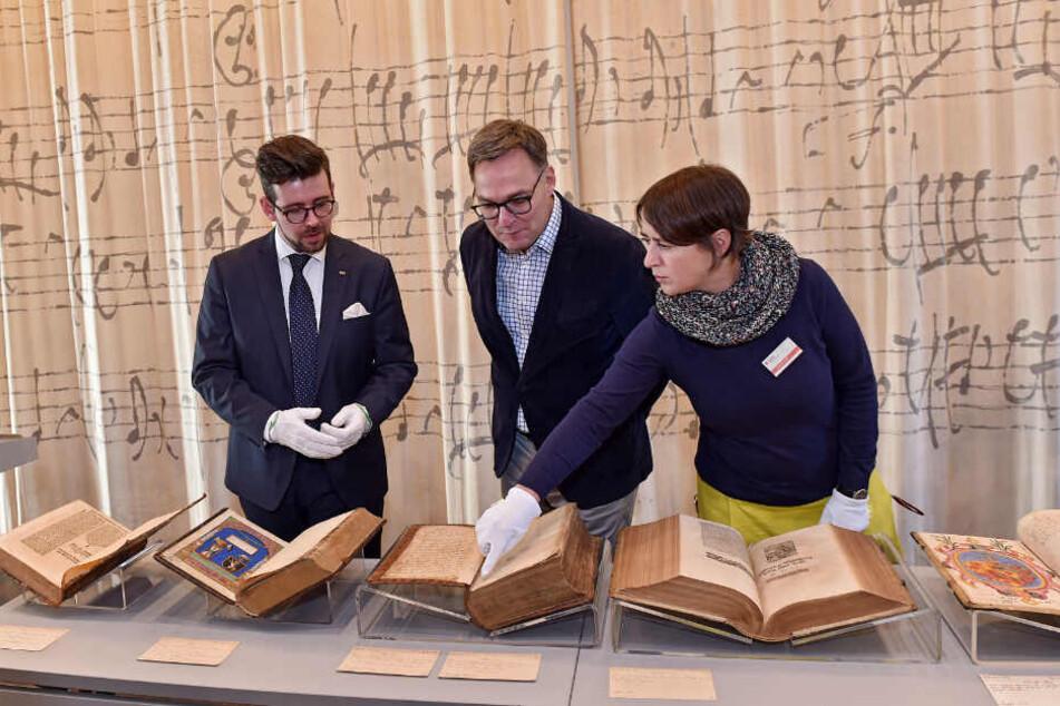 Gemeinsam präsentieren Sebastian Walther, SLUB-Generaldirektor Achim Bonte (54) und Abteilungsleiterin Jana Kocourek (48) die kostbaren Bücher.