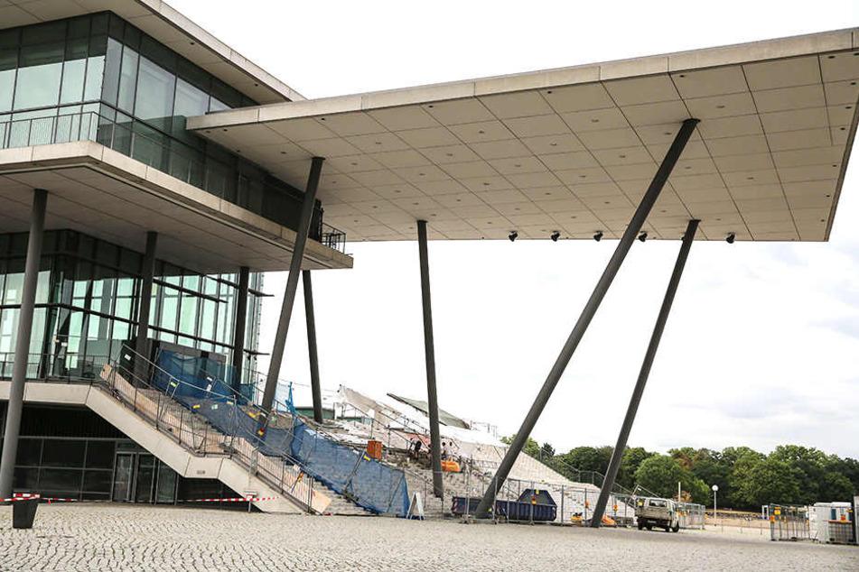 Der Aufgang zum Internationalen Kongresszentrum ist derzeit vollgesperrt. Spätestens zum Dresdner Stadtfest (17.August) soll ein Teil der Treppen wieder zugänglich sein.