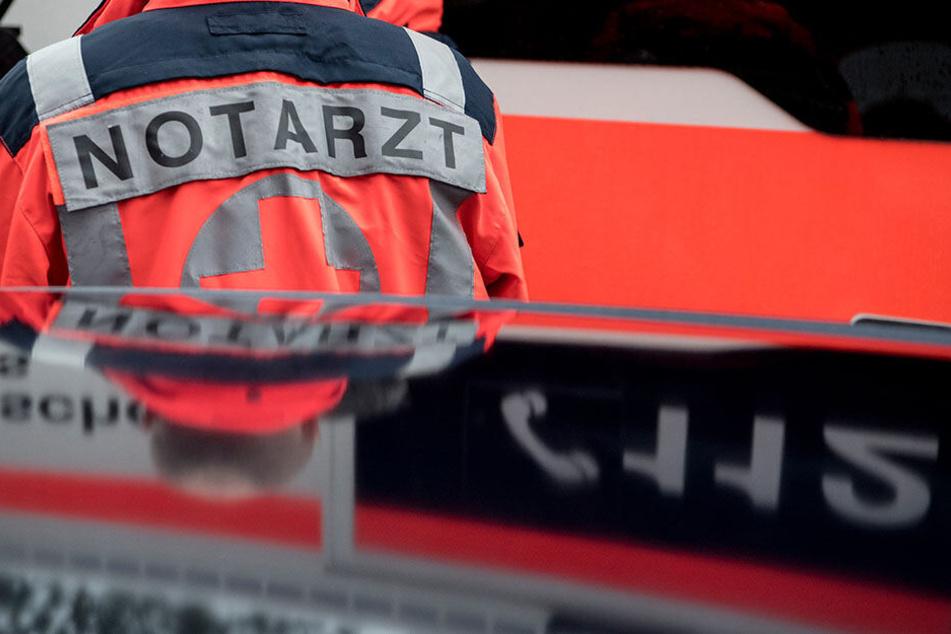 Der Rettungsdienst reanimierte den Verletzten vor Ort und brachte ihn in ein Krankenhaus. (Symbolbild)
