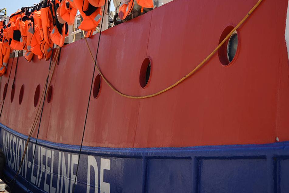 """Die """"Lifeline"""" war tagelang auf dem Mittelmeer unterwegs mit 234 Flüchtlingen, ohne dass sie an einem Hafen anlanden durfte."""