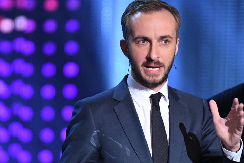 Satiriker Jan Böhmermann gibt sein Debüt als Gast einer US-Late-Night-Show - und wird gleich zensiert.